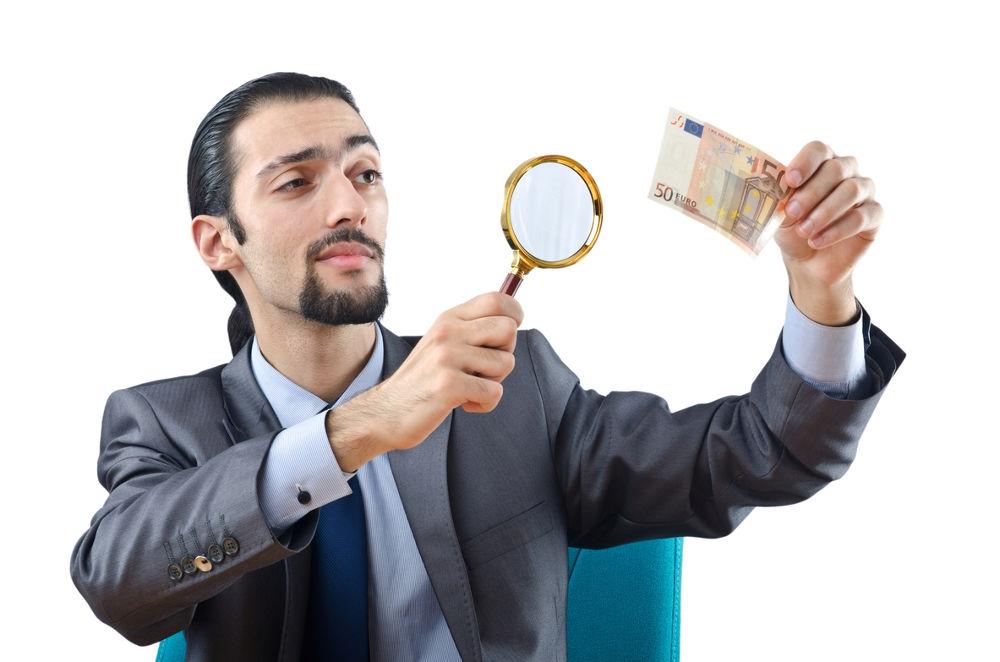 hombre detector de dinero falso