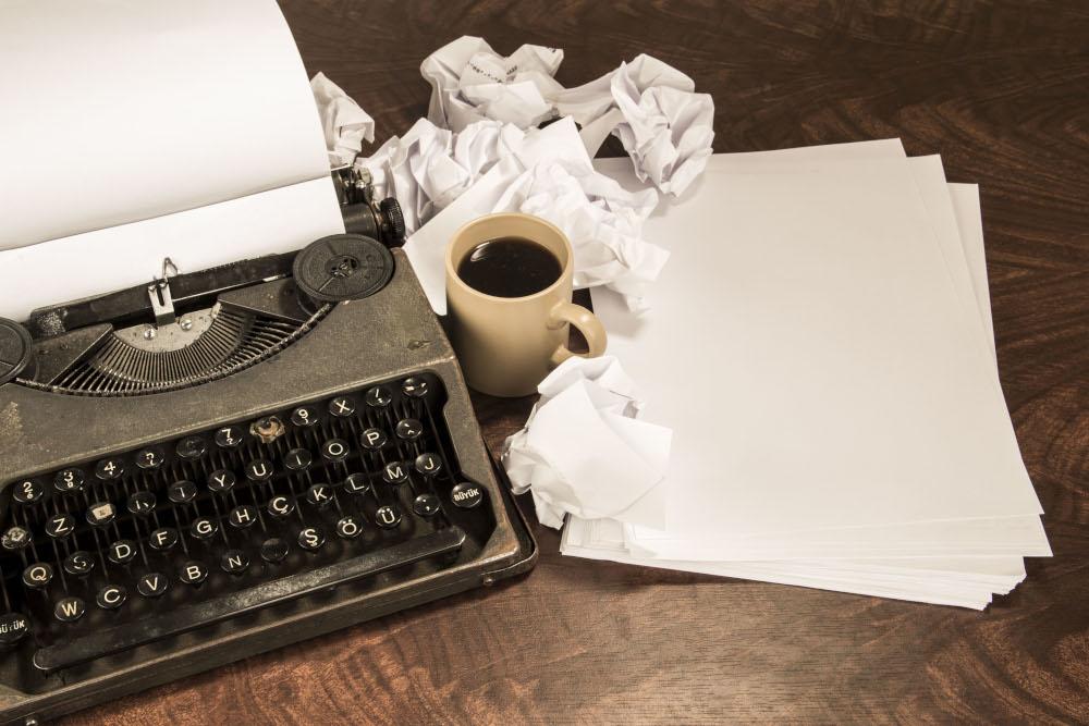 maquina de escribir y documentos rectificados