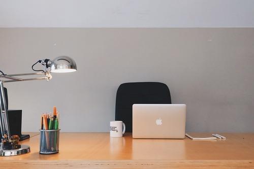 Lámpara orientable de sobremesa para oficinas